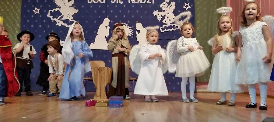 Maluchy z Mroczna podczas występu dla dziadków