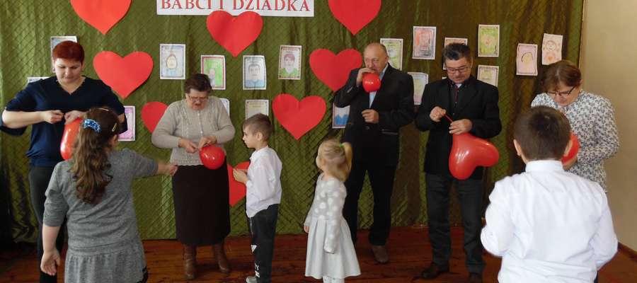 Podczas spotkania z okazji Dnia Babci i Dziadka w szkole w Boleszynie