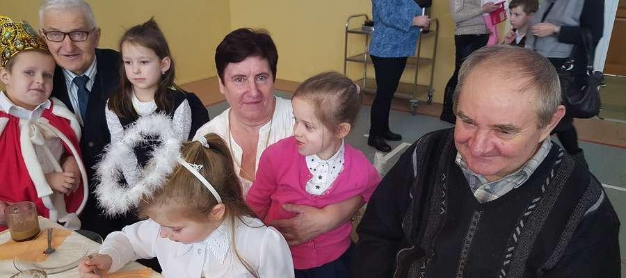 Dziadkowie i wnuki podczas spotkania w Nowym Grodzicznie