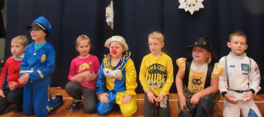 Występy dzieci podczas choinki szkolnej