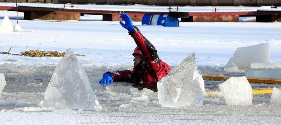 Gdy pod kimś pęknie lód... Strażacy pokazali, jak ratować [zdjęcia]