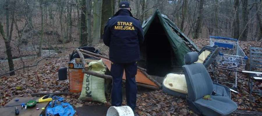 Strażnicy miejscy i policjanci kontrolują miejsca, w których mogą koczować bezdomni