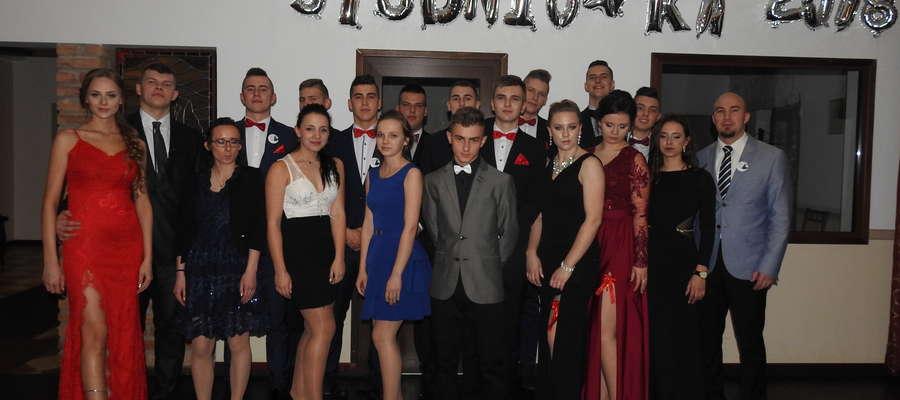 Klasa III z wychowawcą podczas studniówki w Brzoziu Lubawskim