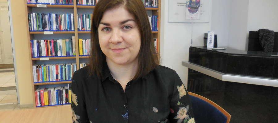 Urszula Maciąg - polonistka z wykształcenia, bibliotekarka z zawodu, czytelniczka z pasji