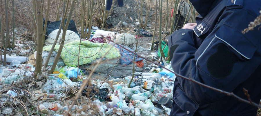Bezdomny spał w krzakach na przenikliwym mrozie. Zamarzłby, gdyby nie policjant