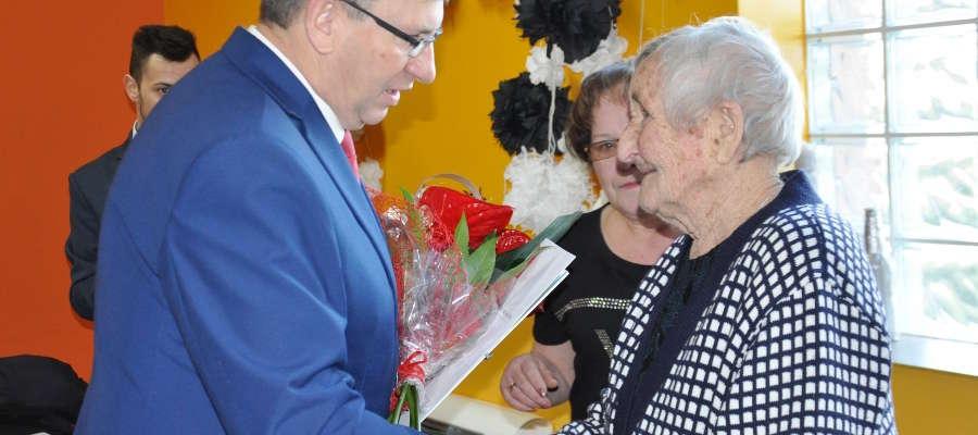 Pani Stanisława przyjmuje życzenia i gratulacje od burmistrza Krzysztofa Pietrzykowskiego