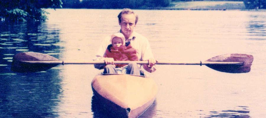 Józef Bartkowski z córką Milą na kajaku na Jezioraku, w drodze na Wielką Żuławę lub z wyspy
