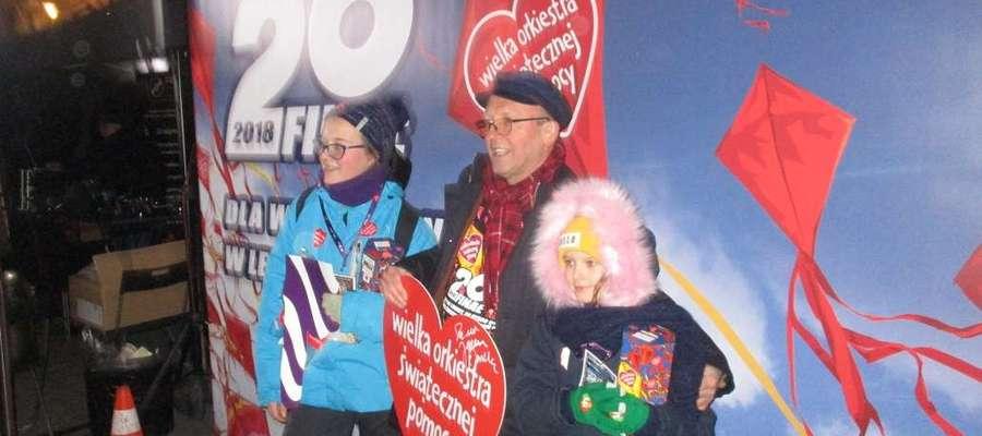 Dzieci ze Szkoły Podstawowej w Rybnie kwestowali z Jurkiem Owsiakiem [zdjęcia]