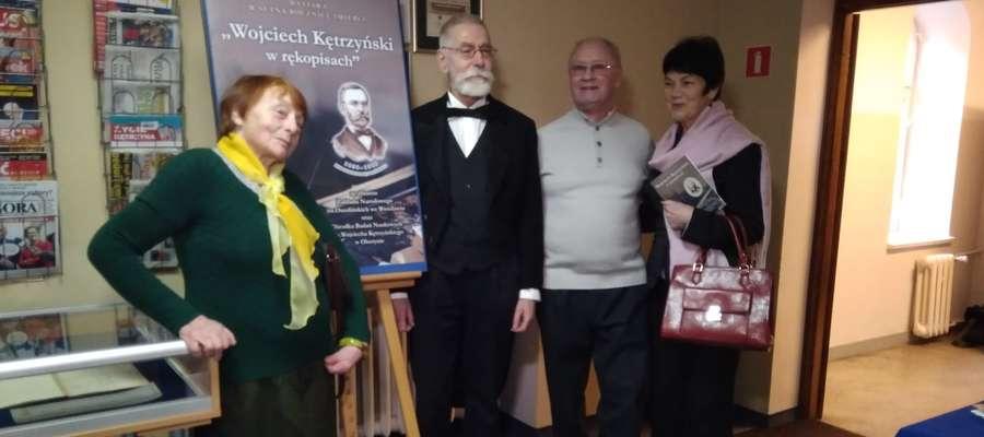 Wojciech Kętrzyński (w tej roli Józef Jabłoński) chętnie pozował do zdjęć z gośćmi wystawy