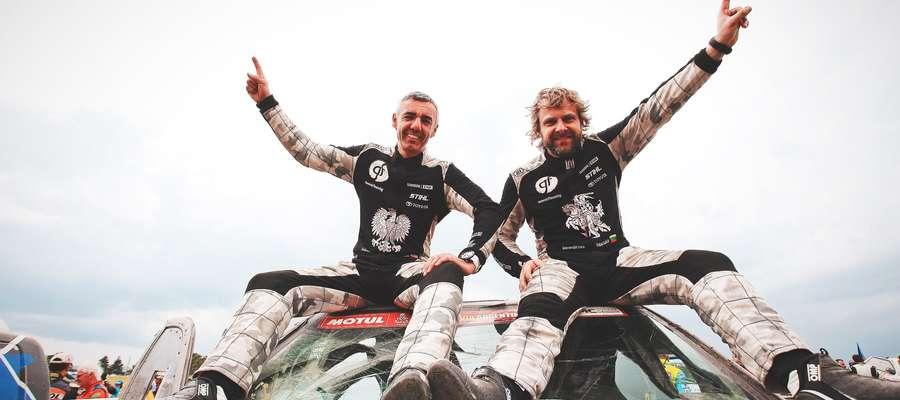 Sebastian Rozwadowski i Benediktas Vanagas szczęśliwi na mecie 40. Rajdu Dakar