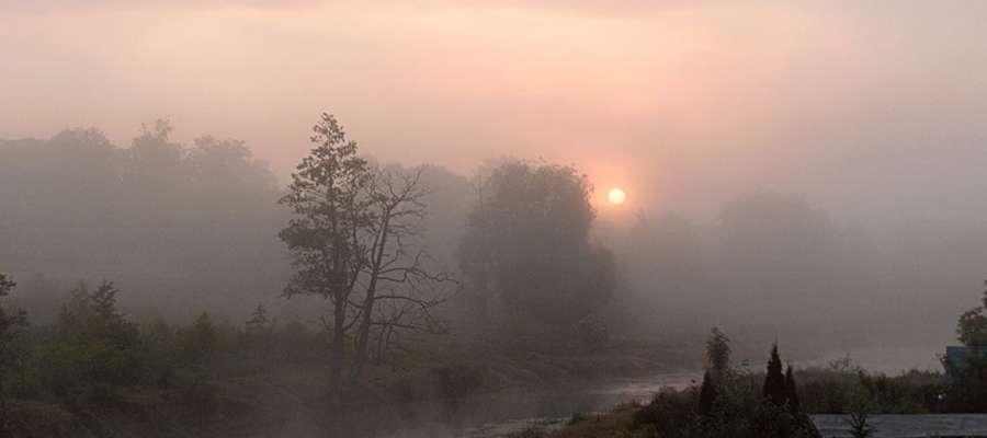 Mglisty, zimowy wschód słońca nad Łyną w Bartoszycach.