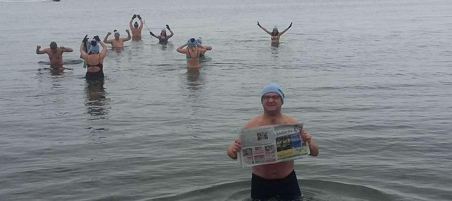 fot. — Grupa orneckich morsów postanowiła wykąpać się w norweskim morzu. Na Półwyspie Skandynawskim spędziła ostatni weekend