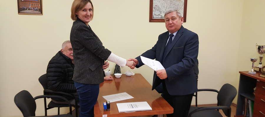 Starosta lidzbarski Jan Harhaj i prezes zarządu firmy Euro-Strada Joanna Sobel podpisali umowę o współpracy