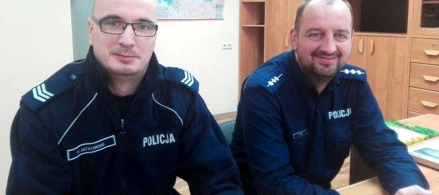 Sierż szt. Norbert Jatkowski i st. asp. Arkadiusz Tobisz uratowali 83-latkę.