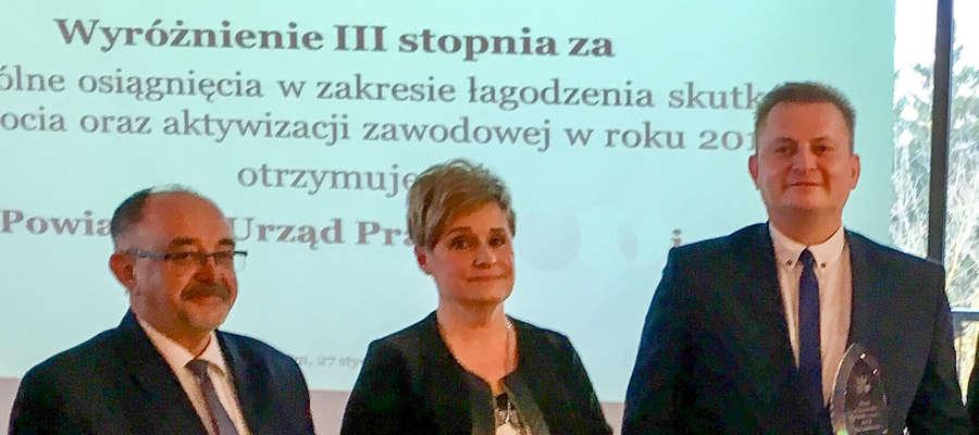 fot. 01 — Wyróżnienie II stopnia dla Powiatowego Urzędu Pracy w Lidzbarku Warmińskim dyrektor Bożenie Romasz wręczył wicemarszałek Miron Sycz