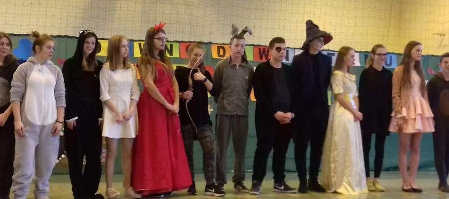 Młodzi aktorzy ze szkoły w Bielicach