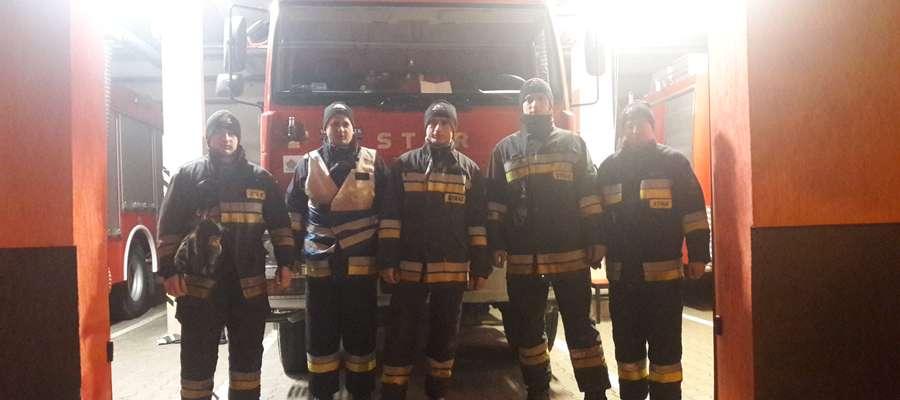 Lidzbarscy strażacy w sylwestrową noc pełnili służbę przez cała dobę pod dowództwem asp. Roberta Polaka. Noc była spokojna