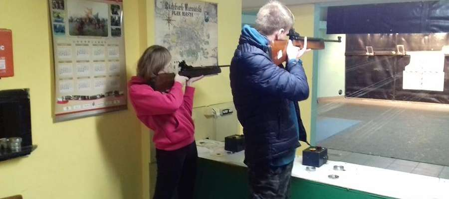 """Młodzież chętnie prezentuje swoje strzeleckie umiejętności w organizowanych zawodach przez Koło Strzeleckie LOK """"Warmiak"""""""