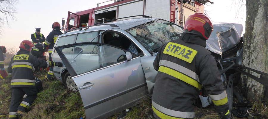 W drugi dzień świąt w Użrankach kobieta uderzyła autem w drzewo. Poszkodowana trafiła do szpitala.