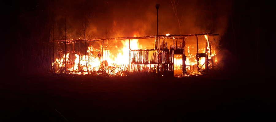 W Wierzbowie strażacy gasili pożar drewnianego budynku gospodarczego.
