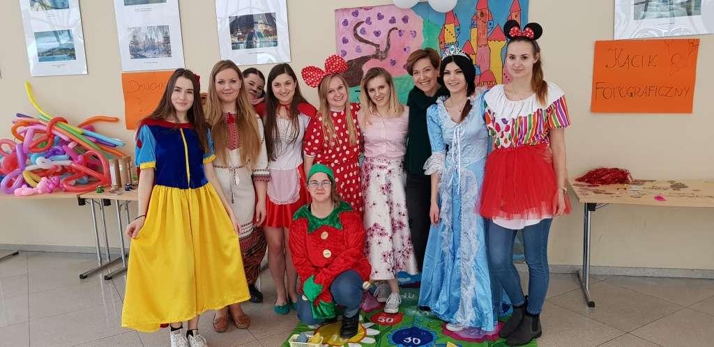 Na zdjęciu studentki logopedii i dr Magdalena Osowicka-Kondratowicz