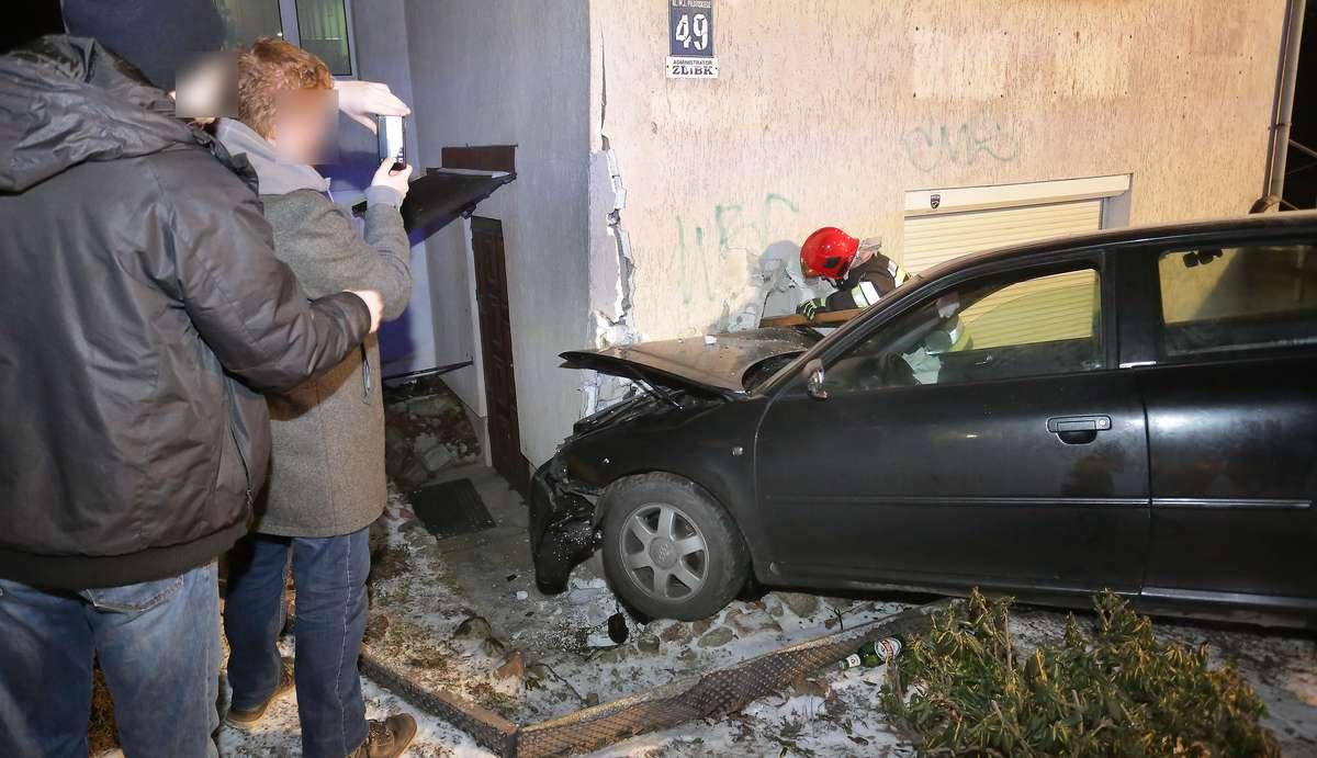 Wjechali w budynek  Olsztyn-Dwaj młodzi mężczyźni jechali ulicą Obiegową pod prąd w kierunku Piłsudskiego gdzie wjechali w dom. Oboje byli pijani zatrzymani w policyjnym areszcie.Budynek straż pożarna zabezpieczła-podstemplowała.
