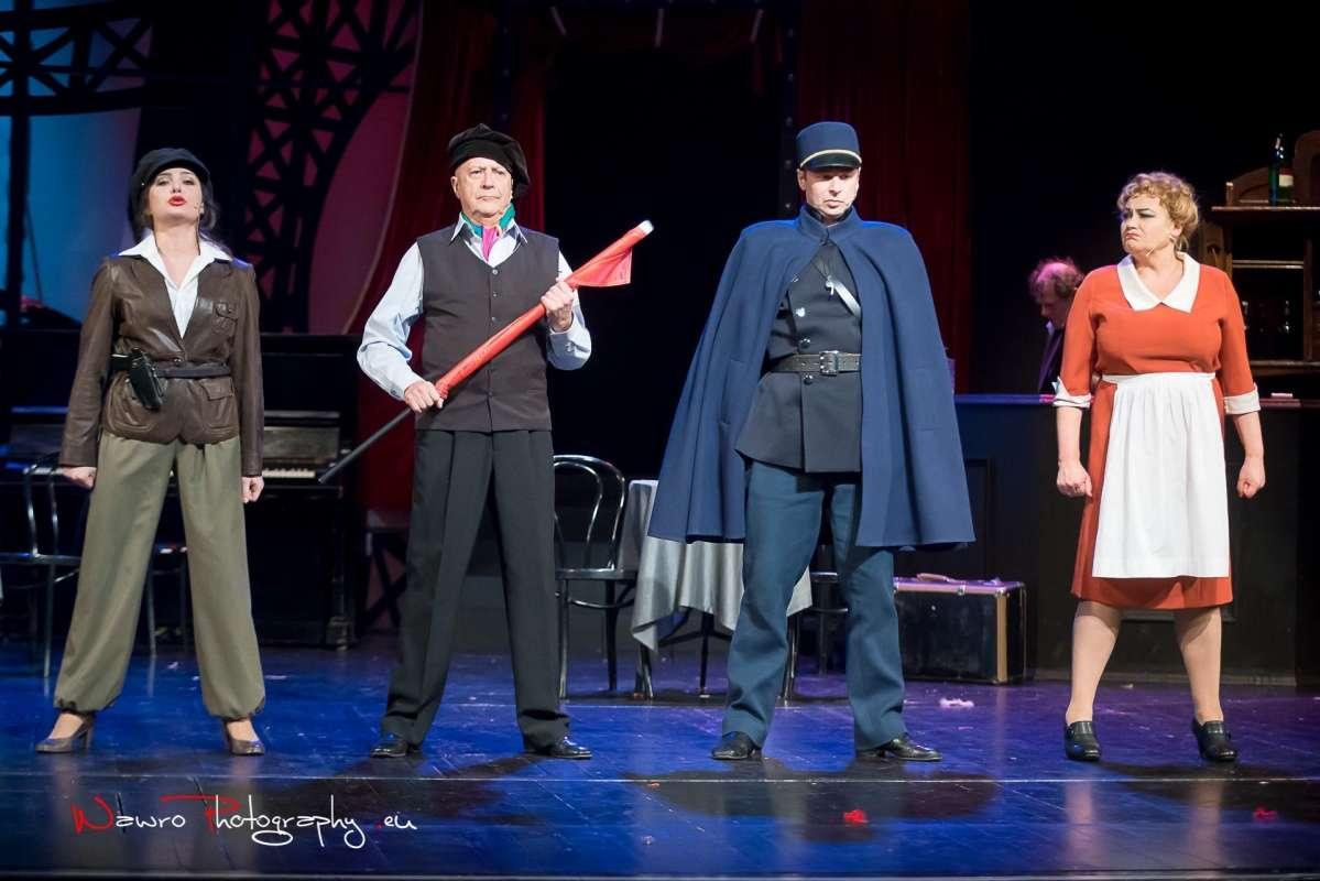 "Sena ze spektaklu ""Allo, allo"", który można oglądać na scenieTeatru im. A. Sewruka w Elblągu  - full image"