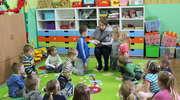 Rodzice i dziadkowie czytają bajki dzieciom