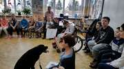 """Uczniowie i czarna Mamba wspierają akcję """"Pies w mieście"""""""