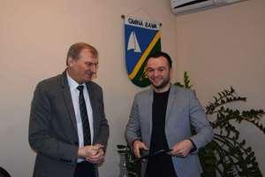Wójt podpisał umowę na przebudowę drogi w Rudzienicach