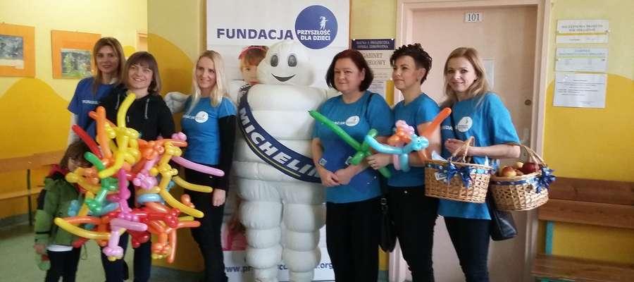 """Fundacja """"Przyszłość dla Dzieci"""" i ludzik Michelin zadbali o dobry nastrój małych pacjentów"""