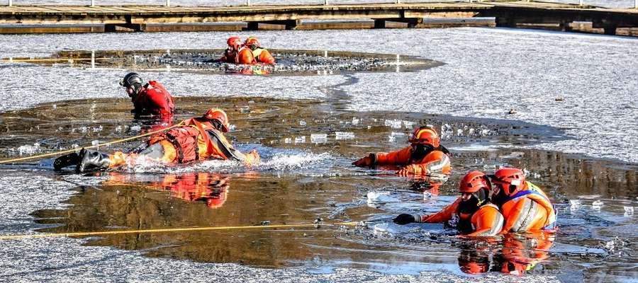 Strażacy ochotnicy trenowali na jeziorze Sajmino