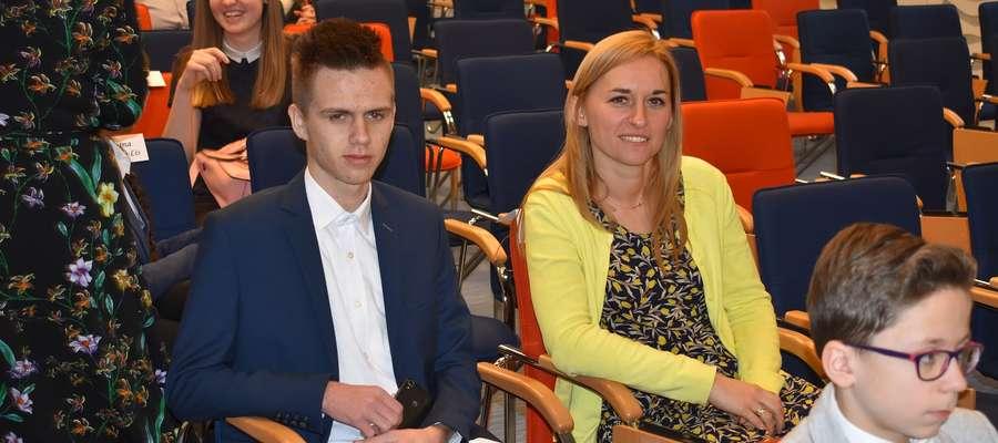 Kamil Paluszewski razem z nauczycielem chemii Martą Liszewską