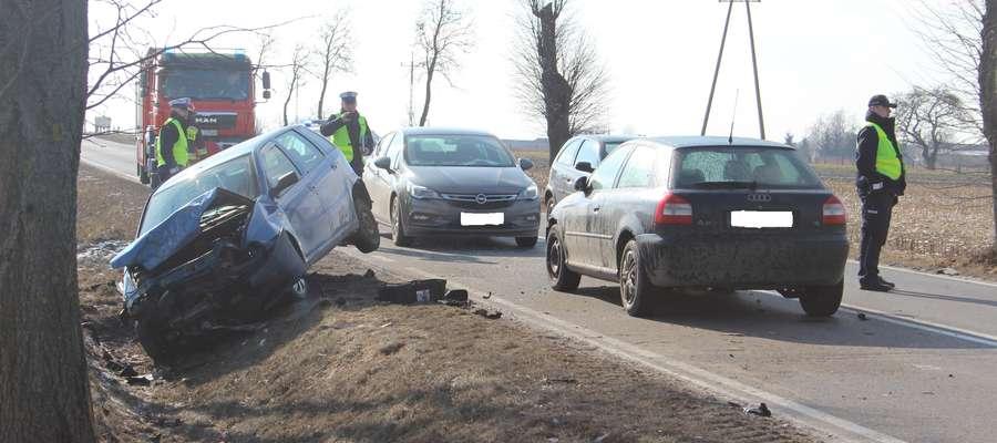 Fiat Punto w wyniku zderzenie zatrzymał się w przydrożnym rowie