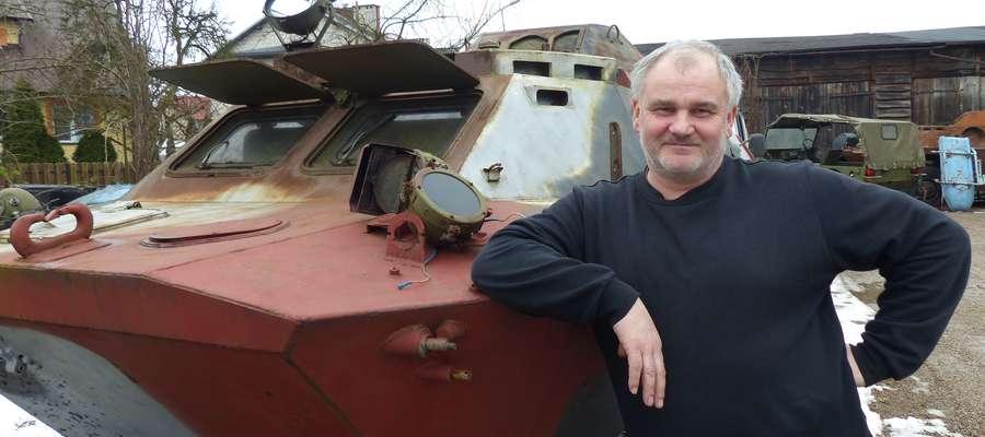 Krzysztof Król, pomysłodawca stworzenia w Iławie muzeum motoryzacji i wojskowości, przy jednym z opancerzonych wozów rozpoznawczych BRDM z jego kolekcji