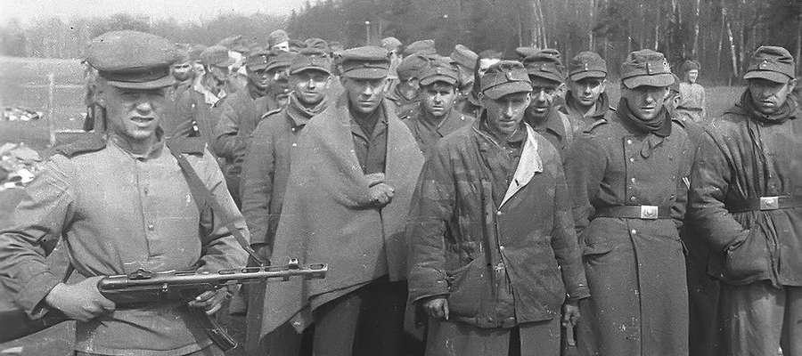Żołnierze Wehrmachtu poddający się do niewoli w Krynicy Morskiej, na początku maja 1945 r.