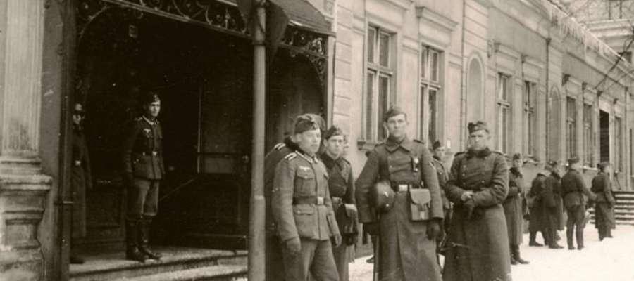 Żołnierze Wehrmachtu, krótko przed rozpoczęciem walk o Elbląg, przed Resursą Mieszczańską (obecnie postój Taxi przy ul. Krótkiej)