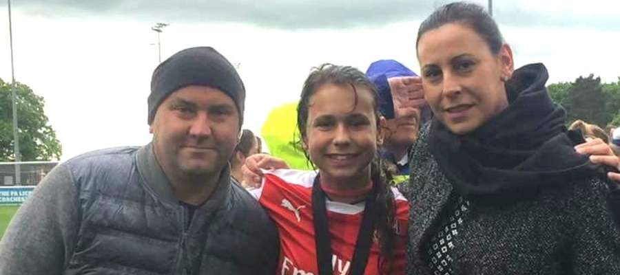 Agnieszka i Michał Kiszkis są bardzo dumni z córki Wiktorii. Tu akurat po ligowym meczu Arsenalu Londyn