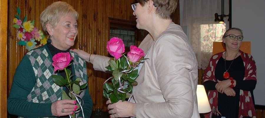 Dyrektor placówki Joanna Rakoczy w ramach podziękowania za wspaniały występ wręczyła aktorom kwiaty.