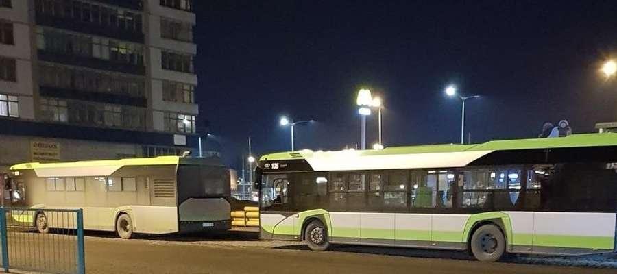 brudny autobus KDD, obok czysty autobus MPK