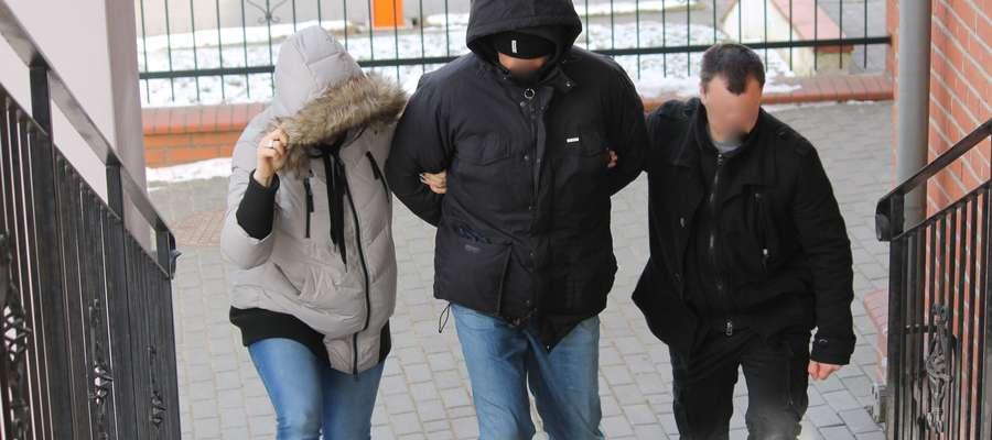 Funkcjonariusze policji doprowadzają Rafała M. do sądu w Bartoszycach.