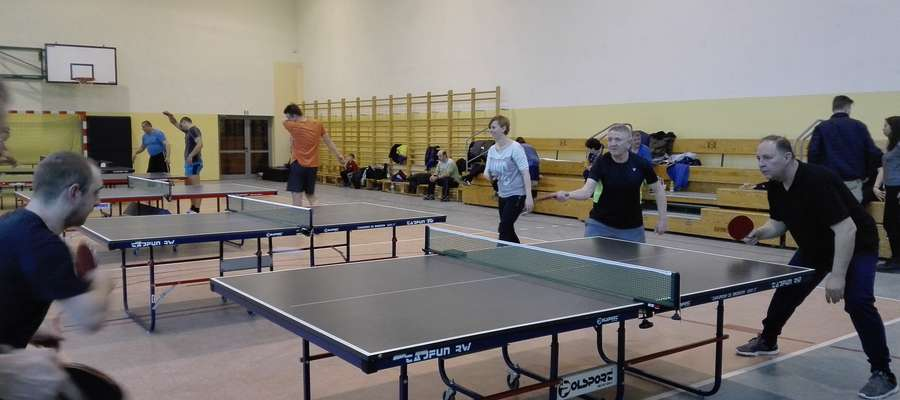 W czasie pierwszego spotkania Gminnej Ligi Tenisa Stołowego w Gwiździnach