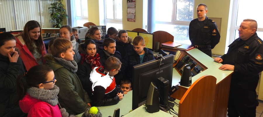 Grupa dzieci w Powiatowym Stanowisku Kierowania