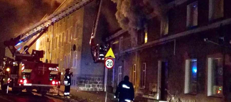 Budynek przy ul. Kopernika w Lidzbarku Warmińskim stanął w płomieniach w poniedziałek rano