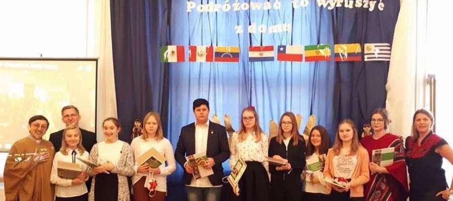 Fot. Laureaci konkursu wiedzy o krajach hiszpańskojęzycznych.