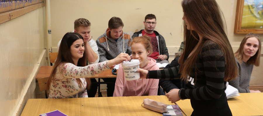 Młodzi ludzie chętnie wspierają szczytną inicjatywę.