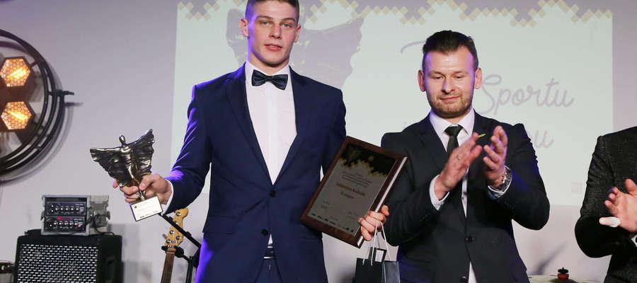 — To dla mnie wielkie wyróżnienie — podkreśla Sebastian Kuźniak (tu z nagrodami za 10. miejsce w ostatnim plebiscycie)