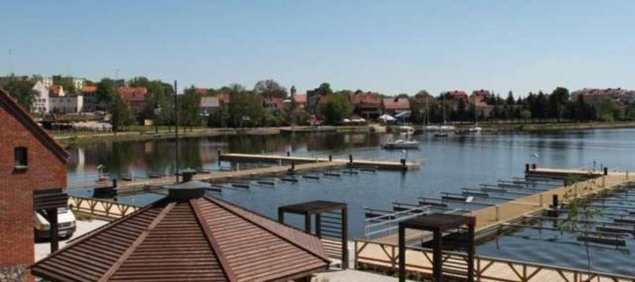 Widok z portu na Jezioro Ryńskie i miasto