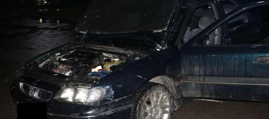 Tak wyglądał samochód kontrolowany przez celnika po przypadkowym uruchomieniu jego silnika i kolizji z bramą budynku kontroli szczegółowej.