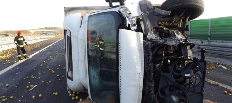 Dostawczak przewrócił się na drodze S7 w okolicach węzła Ostróda Południe